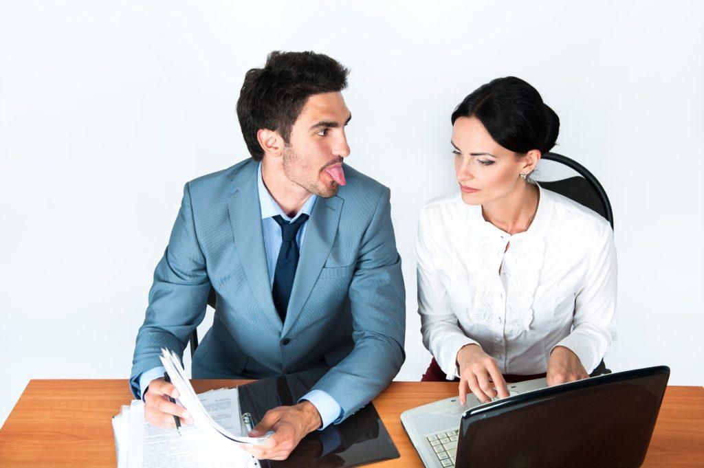 職場の既婚男性が【好意のある】女性をからかう5つのパターンと男性心理