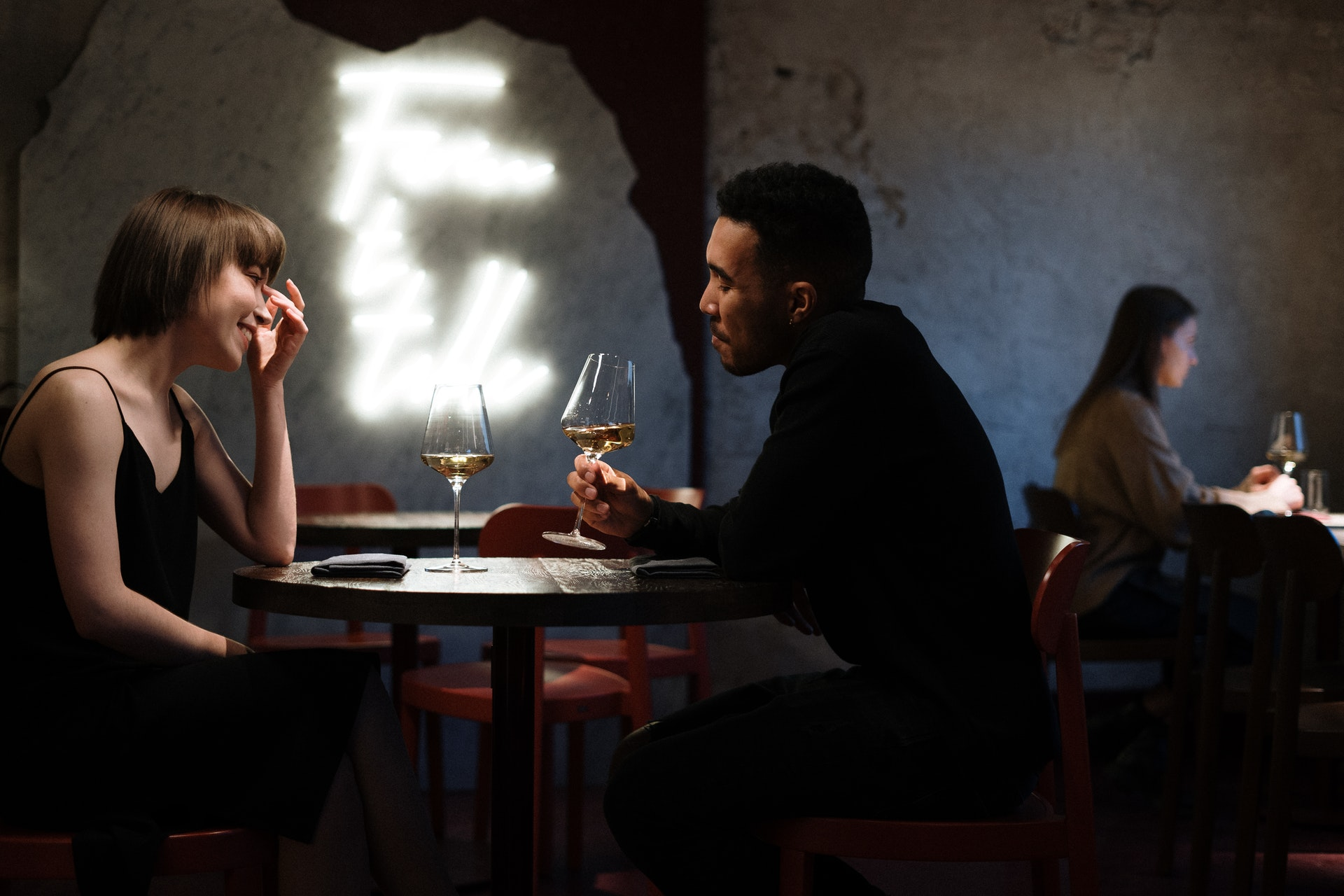 既婚男性が独身女性を食事に誘う8つの男性心理パターン