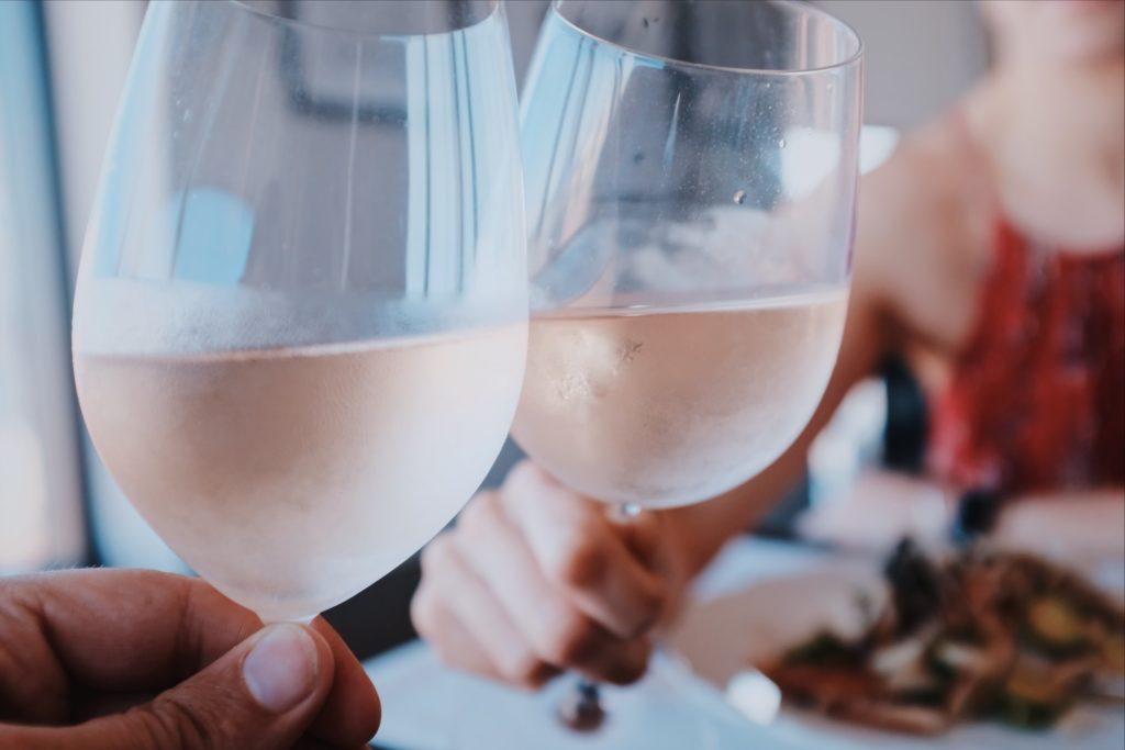 既婚男性が独身女性をサシ飲みに誘う5つの男性心理