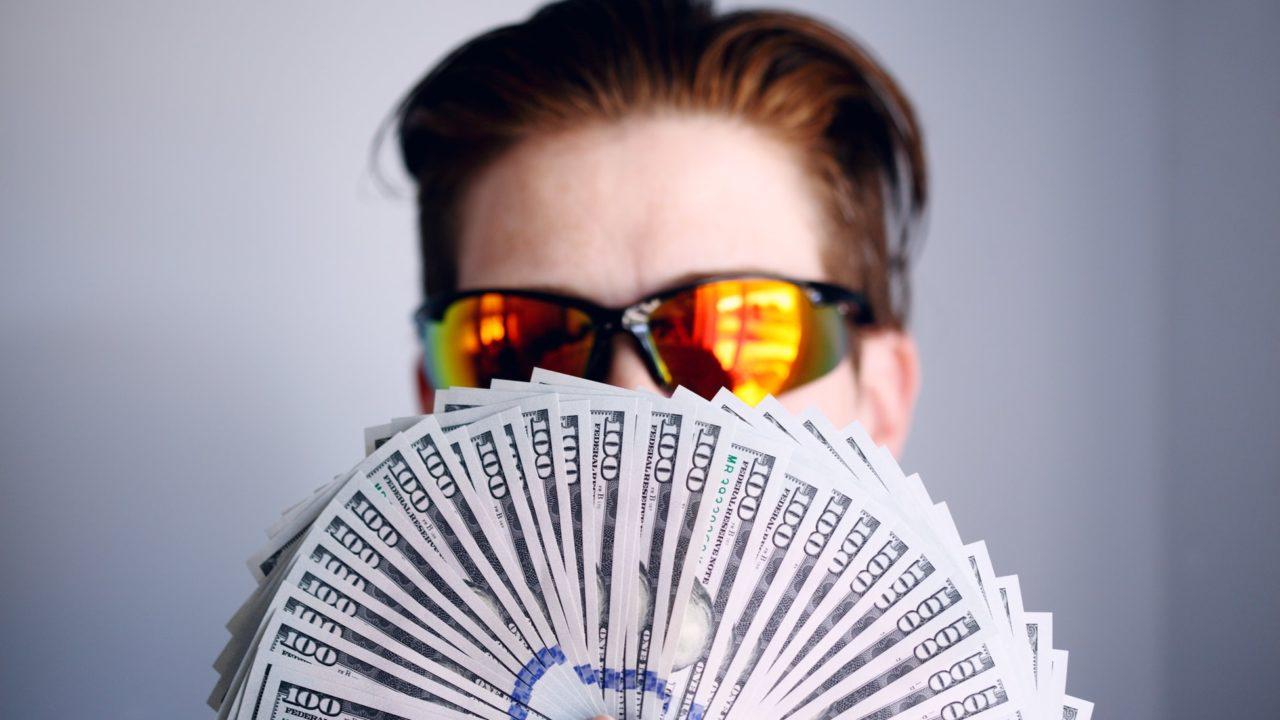 【本命?】お金や給料の話をする男性心理と彼の本気を見分けるポイント!