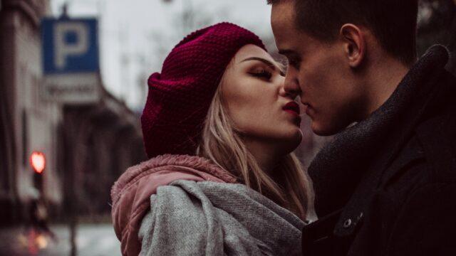 【本気を見抜く】既婚者男性がキスする7つの意味と心理!キスの仕方や態度で見極めるワザ!