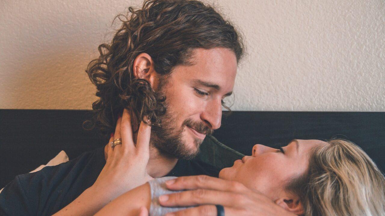【秒で見抜く】既婚男性が独身女性からの好意を感じた時の男性心理と5つの脈ありサイン!